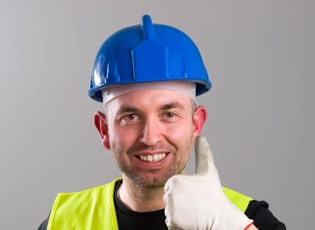 ok symbol: Ritratto di un lavoratore esprimere positivit� con simbolo ok e un grande sorriso.