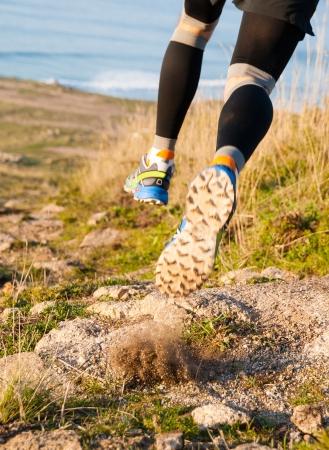 gente corriendo: Hombre practicando trail running y saltando al aire libre