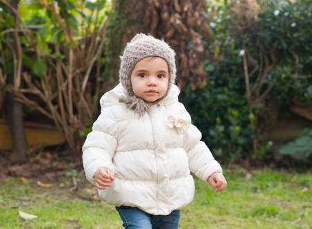 ni�o abrigado: Peque�a muchacha con un sombrero de abrigo y de lana en invierno al aire libre