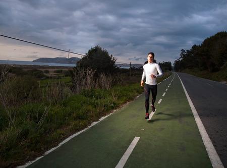 Runner man portrait with flash light outdoors Standard-Bild