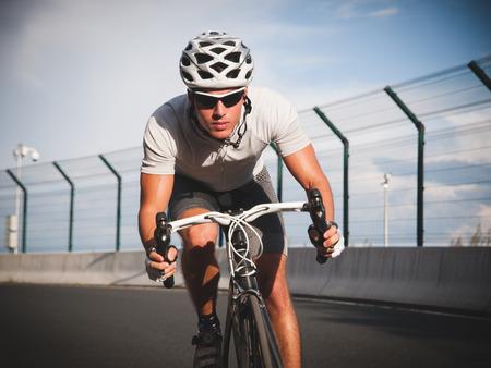 moteros: Retrato Ciclista en la acci�n en la carretera en un d�a soleado.
