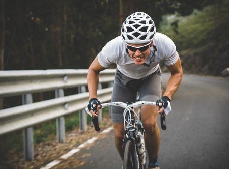 bicyclette: Cycliste sur une route � l'ext�rieur Banque d'images