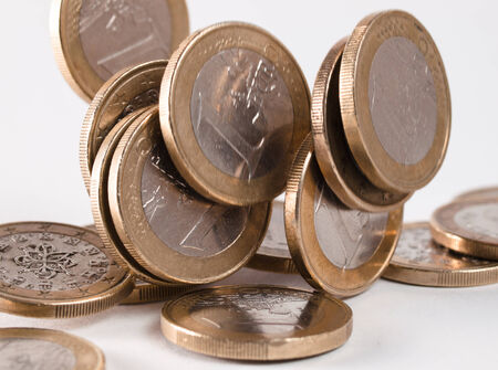 m�nzenwerfen: Euro-M�nzen fallen isoliert auf wei�em Hintergrund