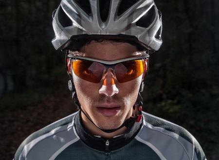 gafas: Retrato Ciclista con flash de luz en un bosque al aire libre Foto de archivo