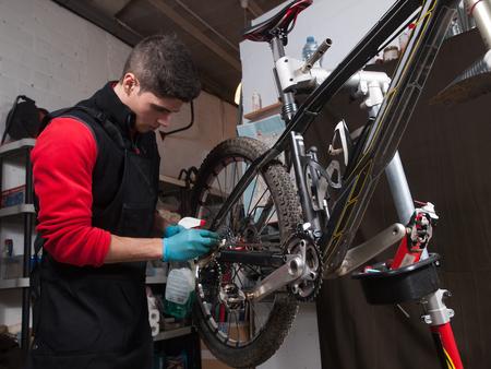 mecanico: Mec�nico reparando una bicicleta de monta�a en un taller