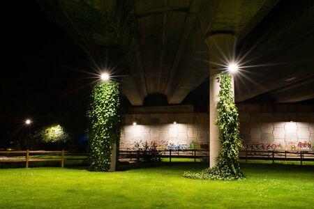 Parkeer onder de snelweg 's nachts gefotografeerd Stockfoto
