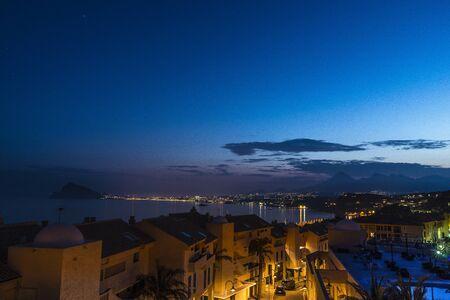 Con la urbanización Crepúsculo de Benidorm en el fondo Foto de archivo