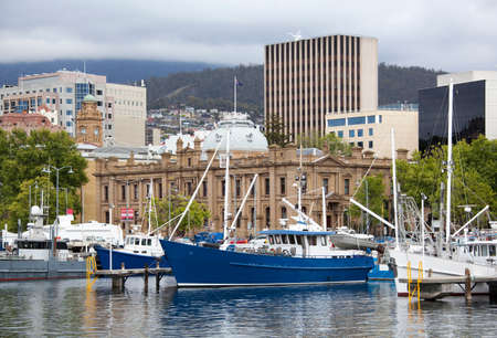 The view of marina boats with hobart downtown buildings behind (Tasmania). 版權商用圖片
