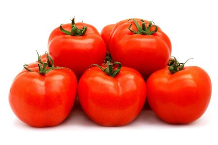 Unos tomates rojos aislados en blanco                                Foto de archivo