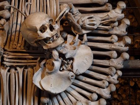 beenderige: Menselijke schedel en botten in de bot kapel in Kutna Hora, Tsjechië