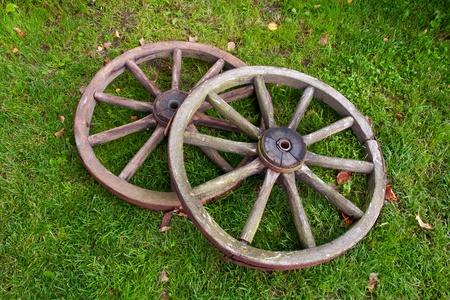 carreta madera: Dos viejos rotos rueda de carro vintage Foto de archivo