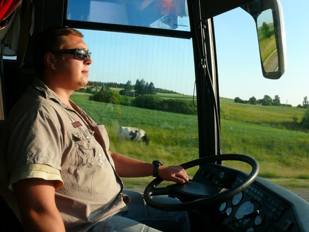 chofer de autobus: El joven conductor de autob�s en las carreteras de Lituania