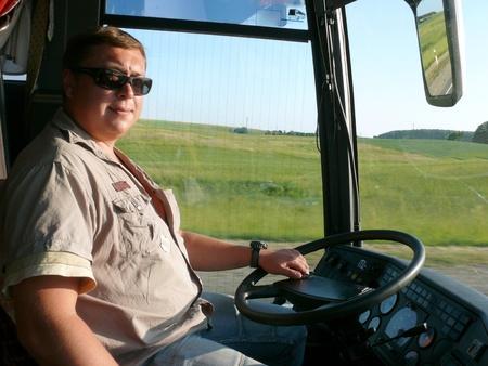 chofer de autobus: El conductor del autob�s j�venes en las carreteras de Lituania