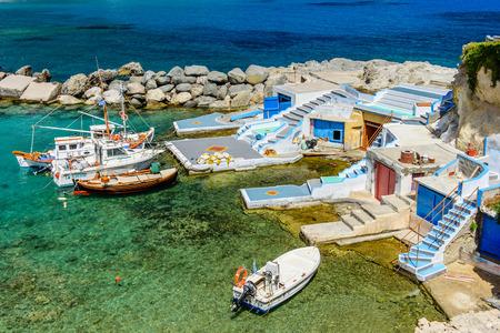 pescador: pueblo Mandrakia escénico con sirmate - casas tradicionales de pescadores, isla de Milos, Santorini, Grecia.