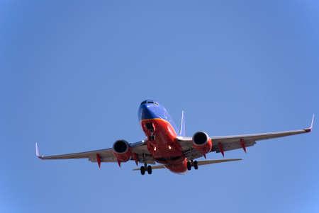 Passenger Jet komen voor een landing tegen de blauwe hemel. Stockfoto