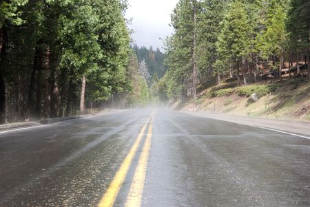 Misty weg naar Yosemite Valley in Yosemite National Park Stockfoto
