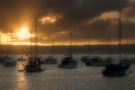 Zonsondergang boven de Stille Oceaan met afgemeerde boten