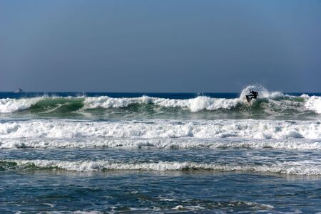 Surfer net als hij begint te veeg uit