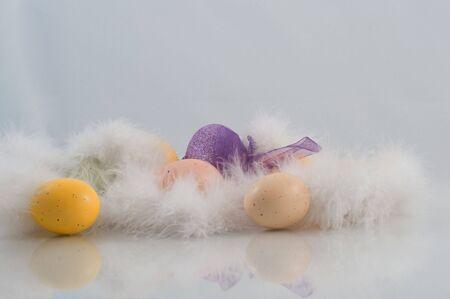 Paas eieren met veren en sparkly paarse ei