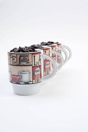 Koffiemokken gevuld met koffie bonen