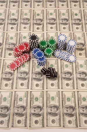 100 dollar biljetten in Amerikaanse valuta met dobbelstenen en poker chips