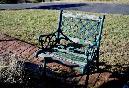 bench park: Banco parque verde con la pintura descascarada