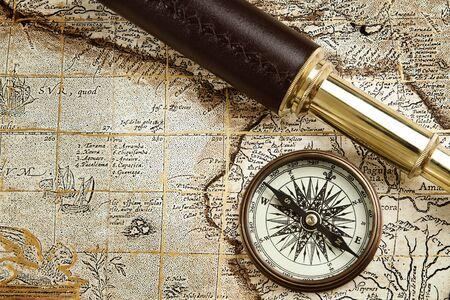 t�lescopes: Antique voyageant �quipement : spyglass laiton et boussole � vieux m Banque d'images