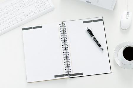 papeles oficina: Nota en blanco en el mostrador de la oficina