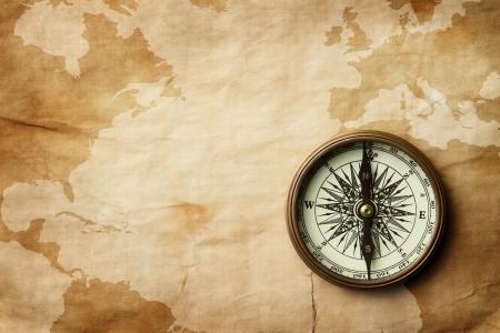 rosa dei venti: Bussola Wintage a vecchia mappa sgualcita