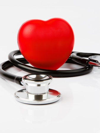 Herzkrankheit: Rotes Herz und ein Stethoskop, Gesundheitswesen Konzept