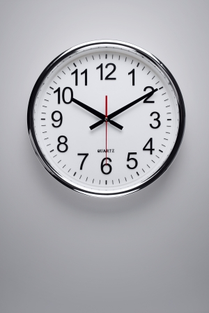 orologio da parete: Orologio d'argento appesa al muro Archivio Fotografico