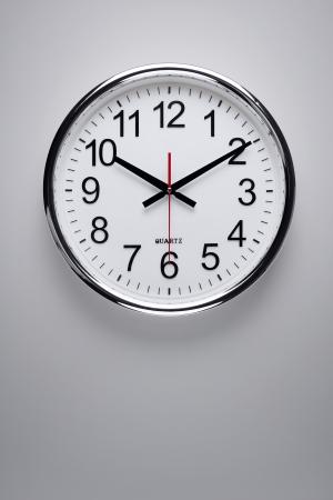 reloj de pared: Plata reloj colgado en la pared Foto de archivo