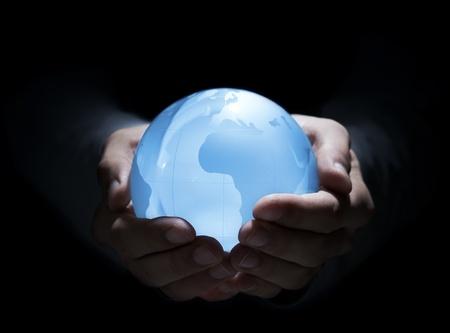 bola de cristal: Globo azul en las manos del hombre Foto de archivo