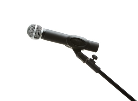 microfono antiguo: Micr�fono en el stand, aislados en fondo blanco
