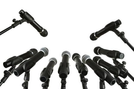 Persconferentie microfoons op wit wordt geïsoleerd