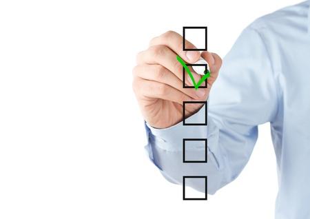 Menselijke hand het controleren van de checklist dozen