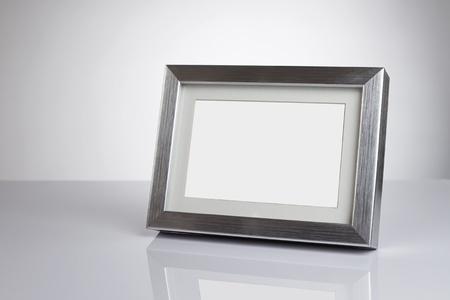 galeria fotografica: Plata, marco de fotos en blanco en el escritorio con trazado de recorte Foto de archivo