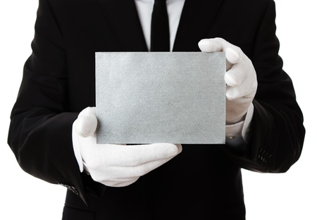 sirvientes: Butler, que sostiene la tarjeta en blanco invitación de plata con copia espacio Foto de archivo