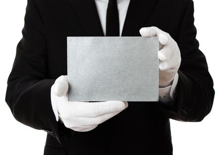 serviteurs: Butler tenant vierge carte d'invitation d'argent, avec copie espace