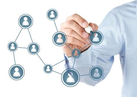 apoyo social: La mano del hombre esquema de la red social de dibujo en la pizarra Foto de archivo