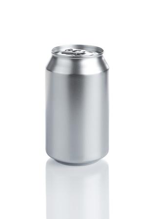 lata de refresco: Soda aluminio blanco puede Isolared en el fondo blanco Foto de archivo