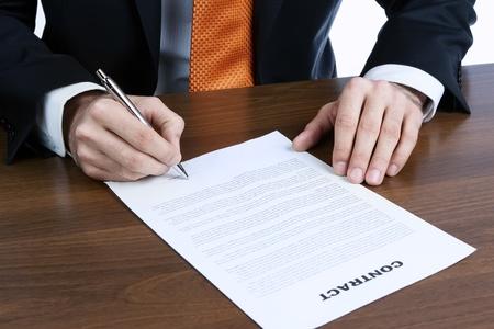 contrato de trabajo: Primer plano de las manos de hombre de negocios s la firma de un contrato