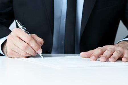 abogado: Primer plano de la mano del hombre la firma de un contrato