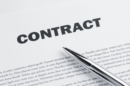 firmando: Contrato y la pluma en el escritorio listo para firmar