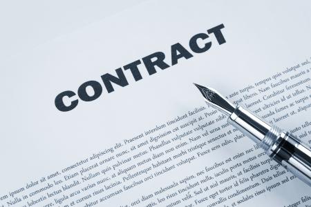 contrato de trabajo: Pluma en el contrato, tonos azules