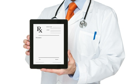 recetas medicas: Doctor que sostiene la tableta digital con la prescripci�n de que Foto de archivo