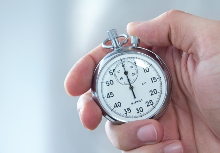 empezar: Humanos mano que sostiene el cronómetro
