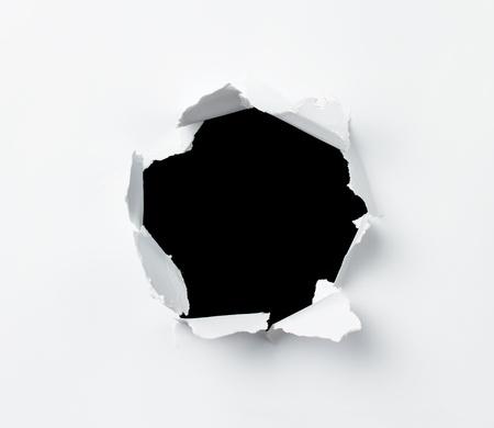 hole: Hole in dem Papierbogen gestanzt