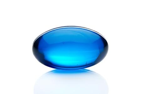 pastillas: La p�ldora azul, la c�psula aislada sobre fondo blanco