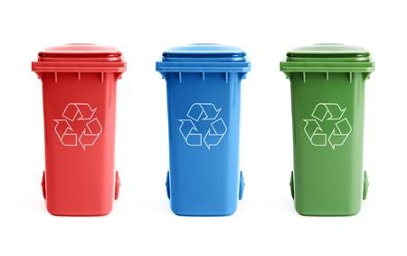 reciclar vidrio: Tres coloridos botes de reciclaje aisladas sobre fondo blanco